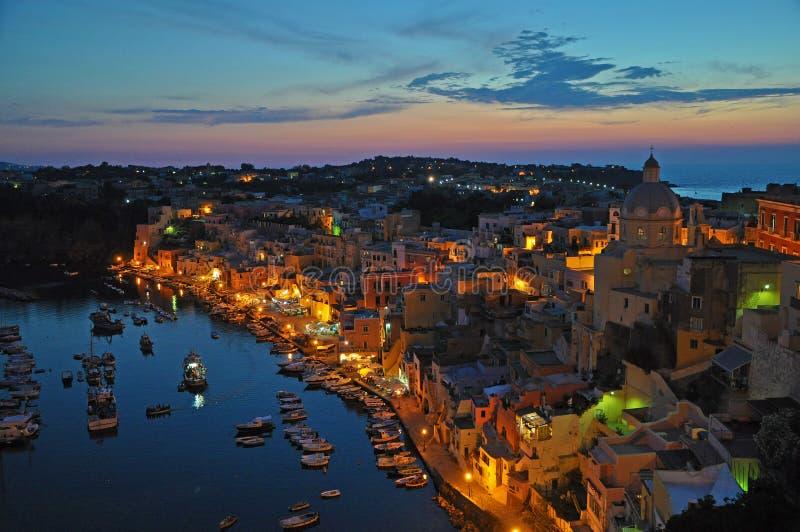 Vistas mágicas de uma cidade da noite na ilha de Procida fotos de stock