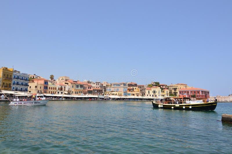 Vistas magníficas de la vecindad veneciana del puerto y de su ermita en Chania con la nave de dos Beautifuls en la imagen Arco de imágenes de archivo libres de regalías