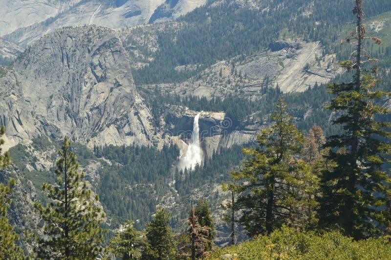 Vistas maravilhosas de algumas cascatas impressionantes da parte a mais alta de uma das montanhas do parque nacional de Yosemite  imagens de stock royalty free