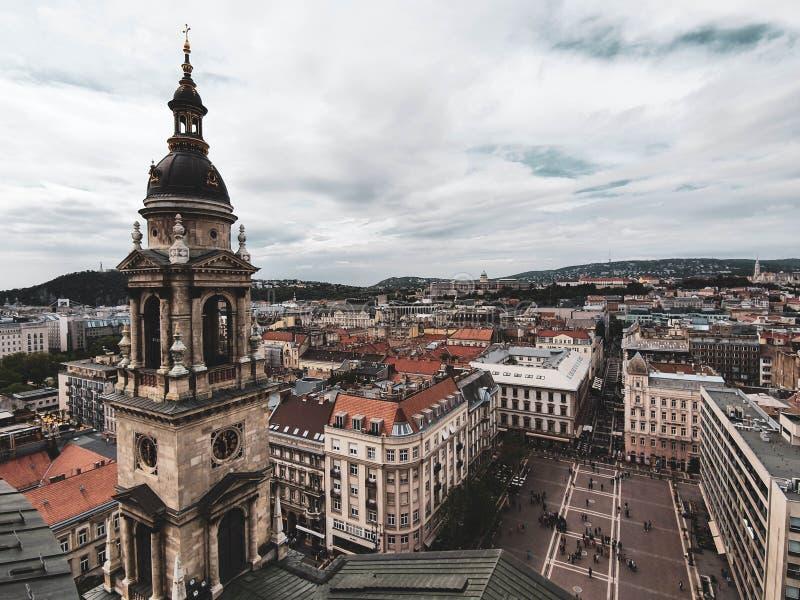 Vistas panorámicas de Budapest lluviosa de la bóveda de la basílica de St Stephen imagen de archivo
