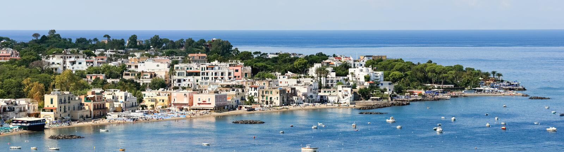 Vistas panorámicas del centro turístico popular, isla de los isquiones (Italia) imágenes de archivo libres de regalías