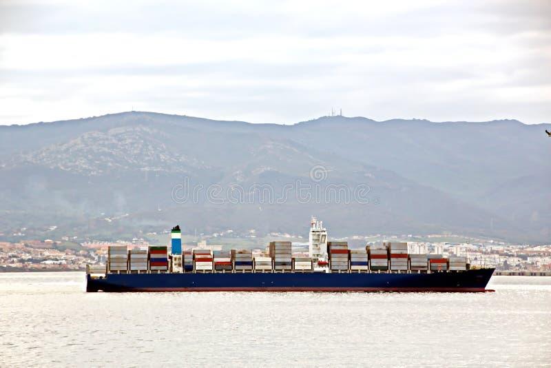 Vistas panorámicas del puerto y de la ciudad de Gibraltar durante día y noche Clase de cargo y de buques mercantil anclados fotos de archivo