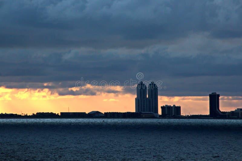 Vistas panorâmicas da costa da cidade de Brownsville, EUA no dia e na noite nos raios vermelhos do por do sol junho, 20 foto de stock royalty free