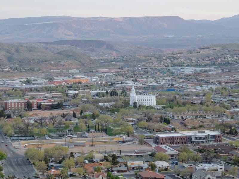 Vistas panorâmicas do deserto e da cidade das fugas de caminhada em torno de St George Utah em torno de Beck Hill, Chuckwalla, pa imagem de stock