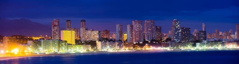 Vistas panorâmicas sobre Benidorm na noite de verão imagem de stock royalty free
