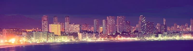 Vistas panorâmicas sobre Benidorm na noite de verão fotografia de stock royalty free