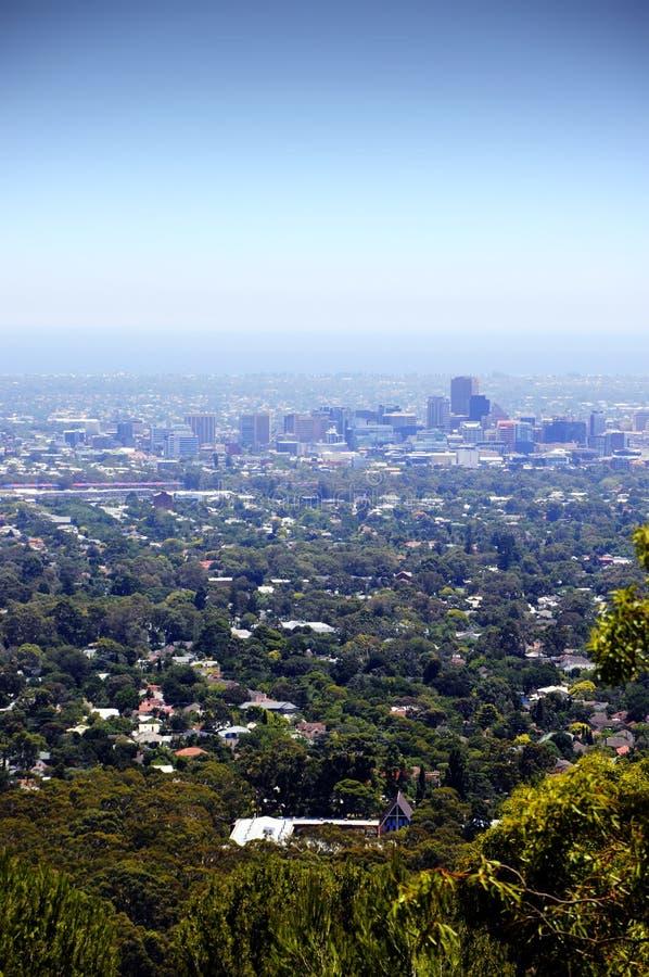 Vistas que negligenciam a cidade de Adelaide quadro por árvores e pelo bushland australiano fotografia de stock