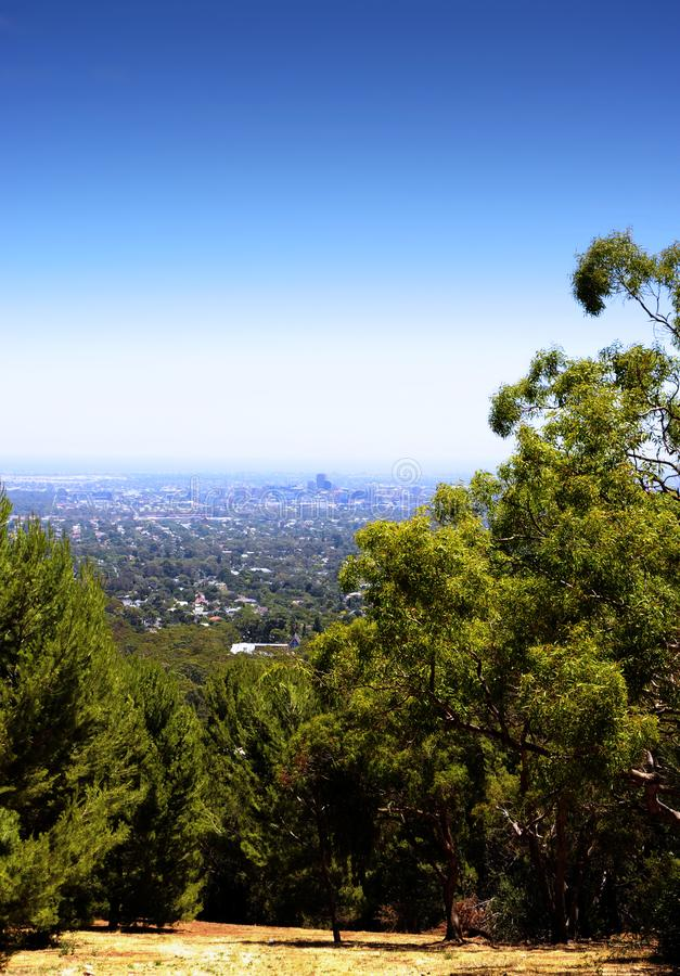 Vistas que negligenciam a cidade de Adelaide quadro por árvores e pelo bushland australiano fotos de stock