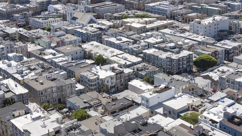Vistas sobre brinquedo-como os telhados, as casas e as ruas, vista aérea da vizinhança elegante de Torre de Coit, San Francisco imagem de stock royalty free