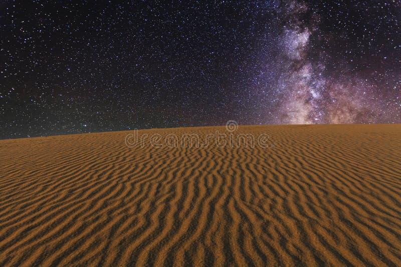 Vistas surpreendentes do deserto de Gobi sob o céu estrelado fotografia de stock
