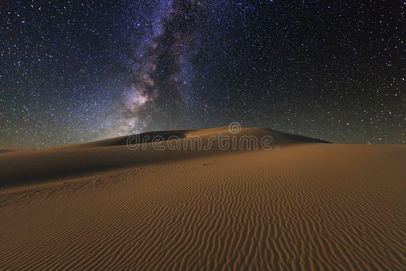 Vistas surpreendentes do deserto de Gobi sob o céu estrelado imagens de stock royalty free