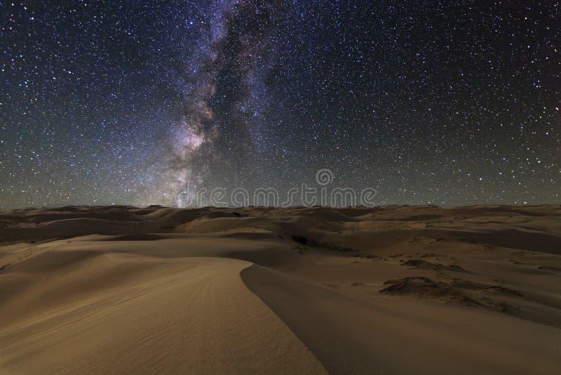 Vistas surpreendentes do deserto de Gobi sob o céu estrelado imagem de stock royalty free