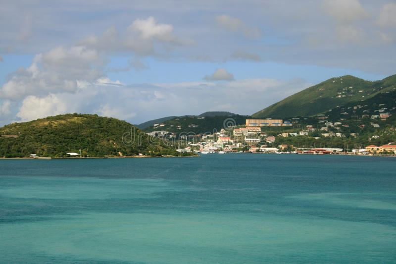 Vistas tropicais da vista para o mar & da montanha foto de stock