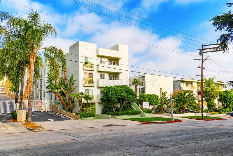 Vistas urbanas del área de Beverly Hills y de los edificios residenciales en el Hollywood Hills imagenes de archivo