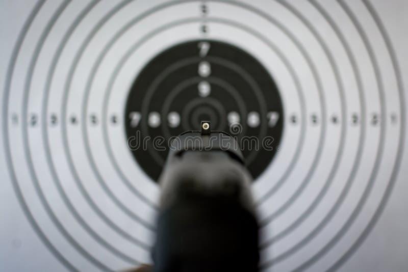 Vistas y blanco de la arma de mano foto de archivo