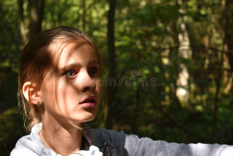 Vistazo temeroso de la muchacha imagenes de archivo
