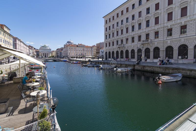 Viste da un terrazzo a Grand Canal di Trieste, Italia fotografia stock libera da diritti