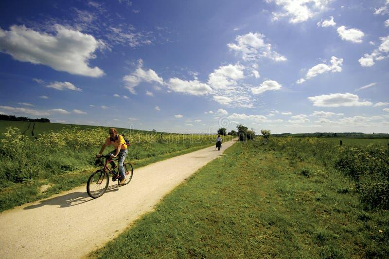 Viste dal sentiero per pedoni del Greenway e dalla ferrovia in disuso della pista ciclabile fotografie stock