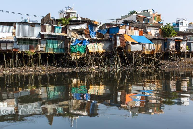 Viste dei bassifondi della città dal fiume fotografia stock libera da diritti