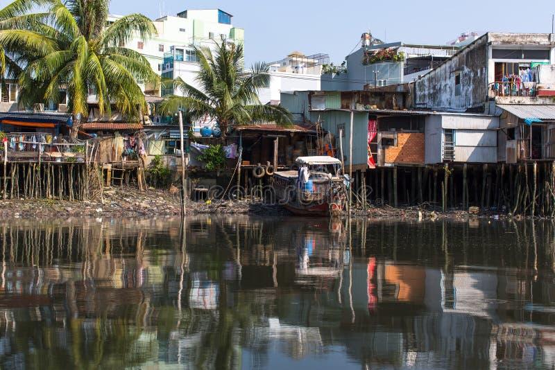 Viste dei bassifondi della città dal fiume fotografia stock
