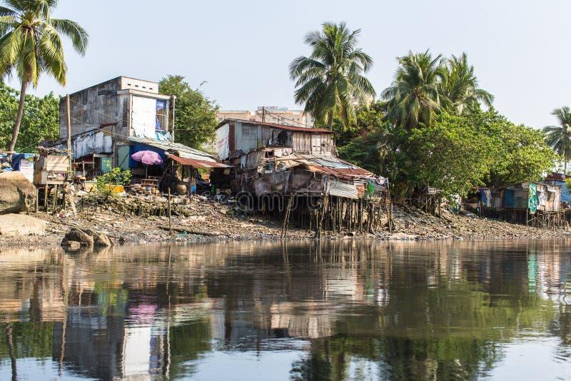 Viste dei bassifondi della città dal fiume fotografie stock libere da diritti