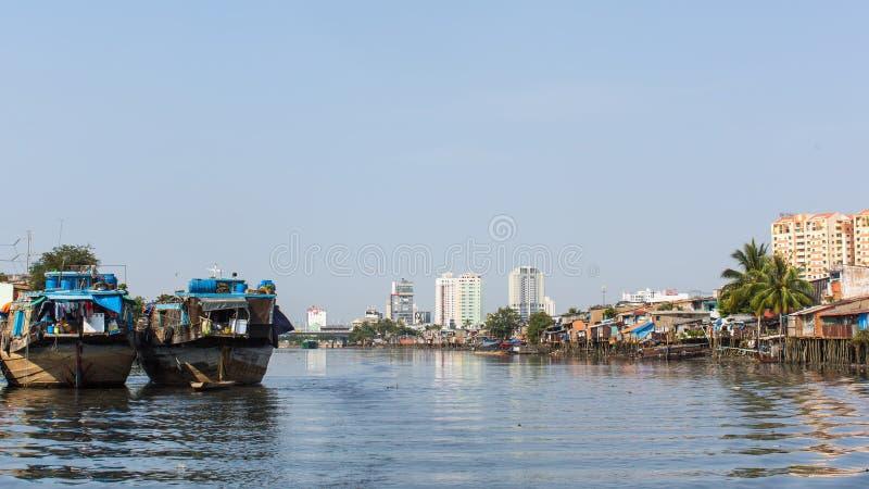 Viste dei bassifondi della città dal fiume immagini stock