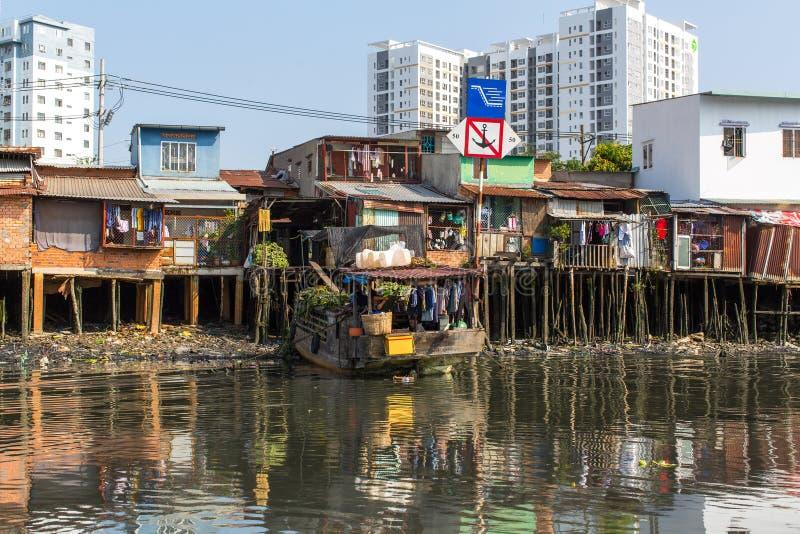 Viste dei bassifondi della città dal fiume immagine stock libera da diritti