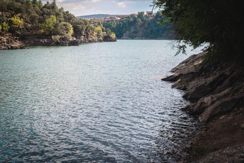 Viste del fiume di estate, Buitrago de Lozoya, Spagna immagini stock