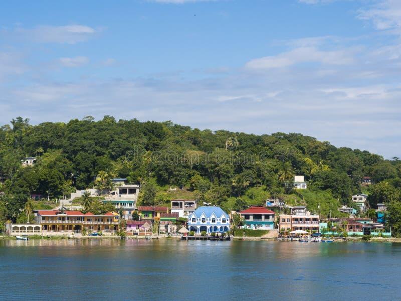 VISTE DEL LAGO PETEN IRZA DAL FLORES - GUATEMALA fotografia stock libera da diritti