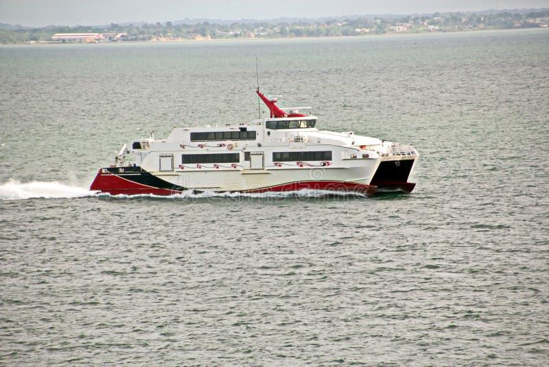 Viste del paesaggio della linea costiera e della strada delle navi bunkering Isole di Trinidad e Tobago immagine stock