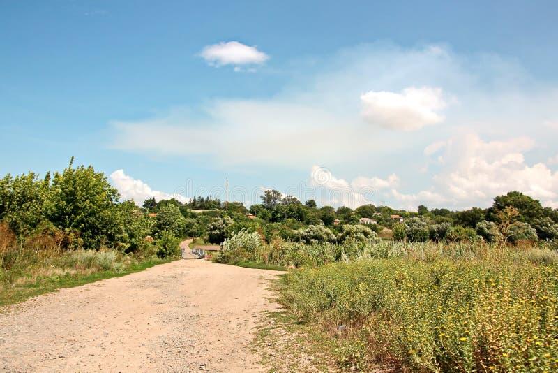 Viste del paesaggio della natura, dei campi, dei villaggi e delle strade dell'Ucraina Vista dalla finestra di automobile quando g immagine stock