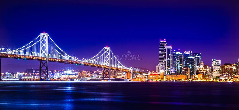 Viste del ponte della baia di Oakland vicino a San Francisco California nel ev fotografie stock libere da diritti