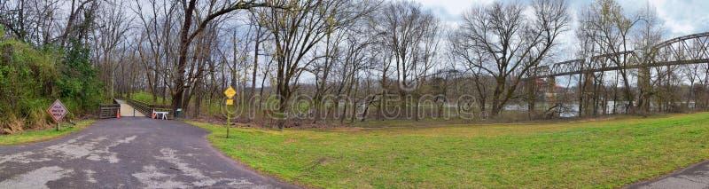 Viste del ponte ferroviario della pista del treno lungo Shelby Bottoms Greenway e l'area naturale sopra le tracce della facciata  fotografia stock libera da diritti
