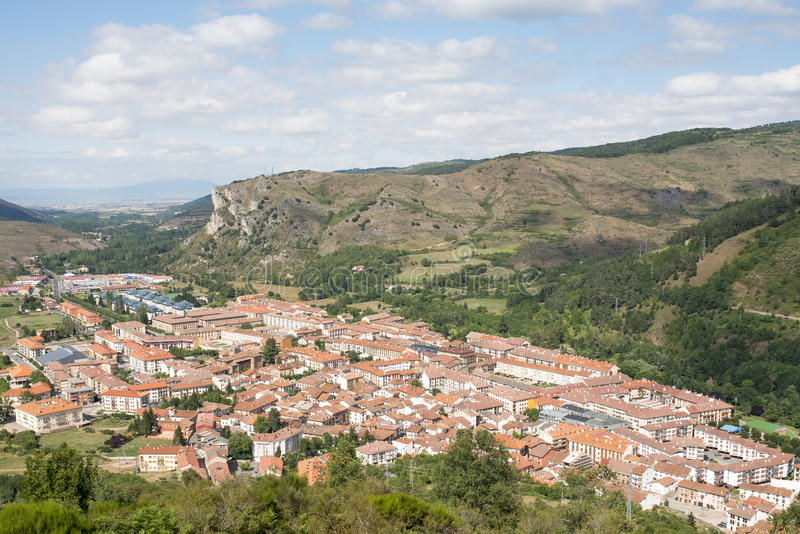 Viste del villaggio di Ezcaray in La Rioja, Spagna fotografia stock