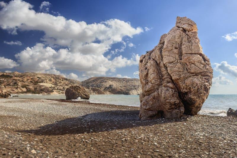 Viste della baia dell'Afrodite nel Cipro sui precedenti di cielo blu immagini stock
