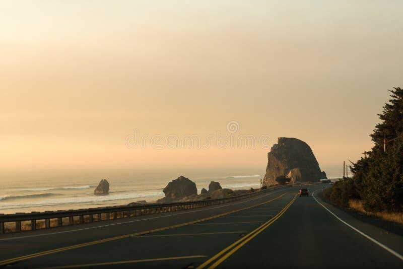 Viste della strada principale dalla costa di sud-ovest dell'Oregon, U.S.A. immagini stock