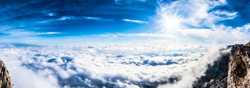 Viste delle montagne e delle nuvole Ai-Pétri fotografie stock libere da diritti