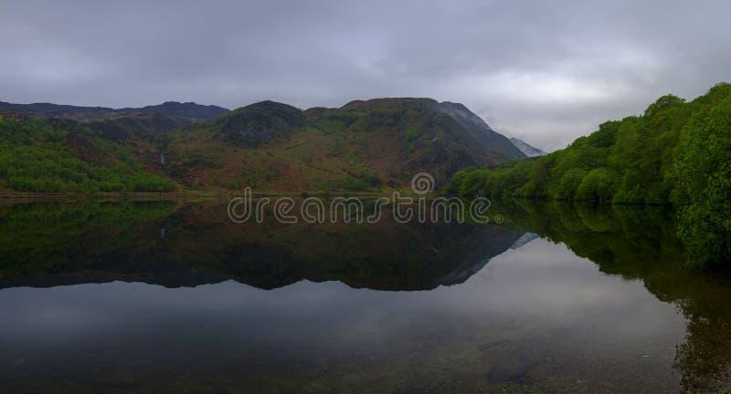 Viste lungo Llyn Dinas vicino a Beddgelert, Watles immagini stock
