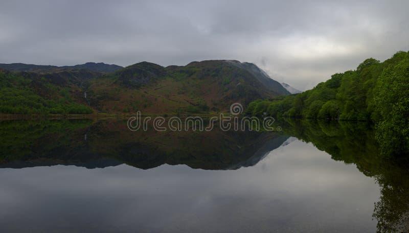 Viste lungo Llyn Dinas vicino a Beddgelert, Watles fotografie stock libere da diritti
