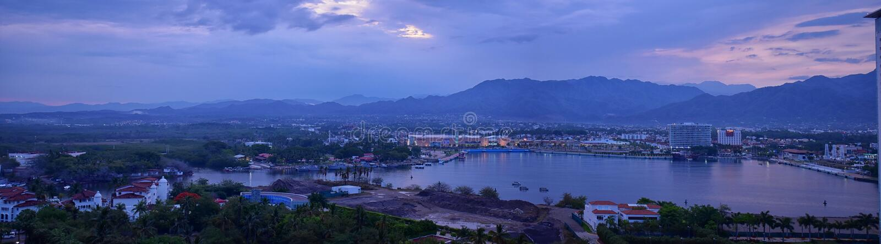 Viste panoramiche del paesaggio di ed intorno alle montagne di Puerto Vallarta Messico, alla città ed alle giungle tropicali fotografia stock libera da diritti