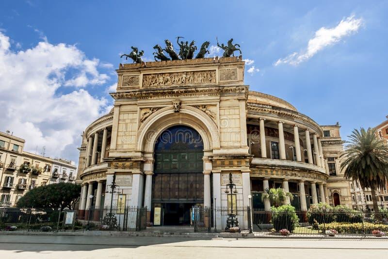 Viste sopra la piazza Ruggero e Teatro Politeama a Palermo Sici immagini stock