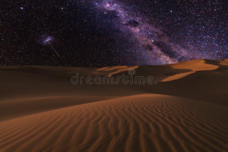 Viste stupefacenti del deserto del Sahara sotto il cielo stellato di notte fotografie stock