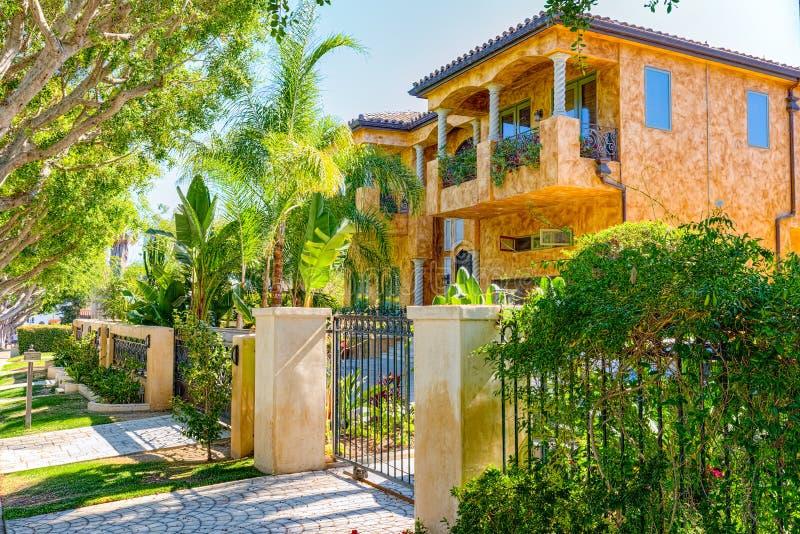 Viste urbane dell'area di Beverly Hills e degli edifici residenziali sul Hollywood Hills fotografia stock libera da diritti