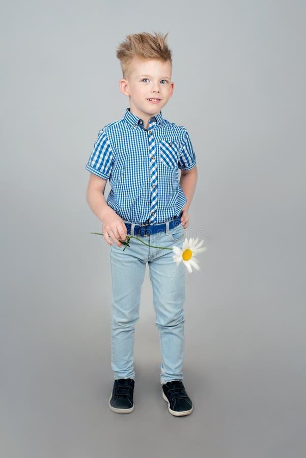 Visten a un niño pequeño lindo en una camisa azul comprobada Un niño con imagen de archivo libre de regalías
