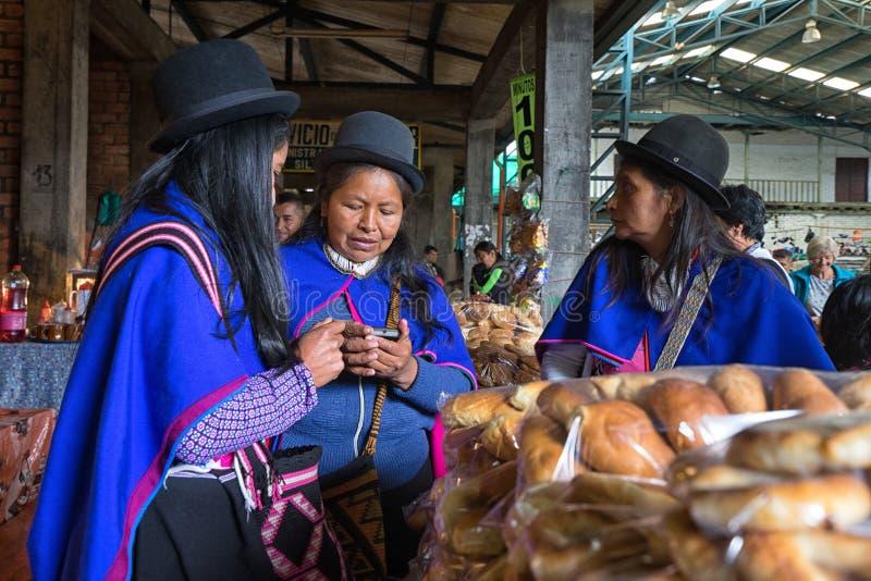 Vistió tradicionalmente a mujeres del guambiano en el mercado local fotografía de archivo libre de regalías