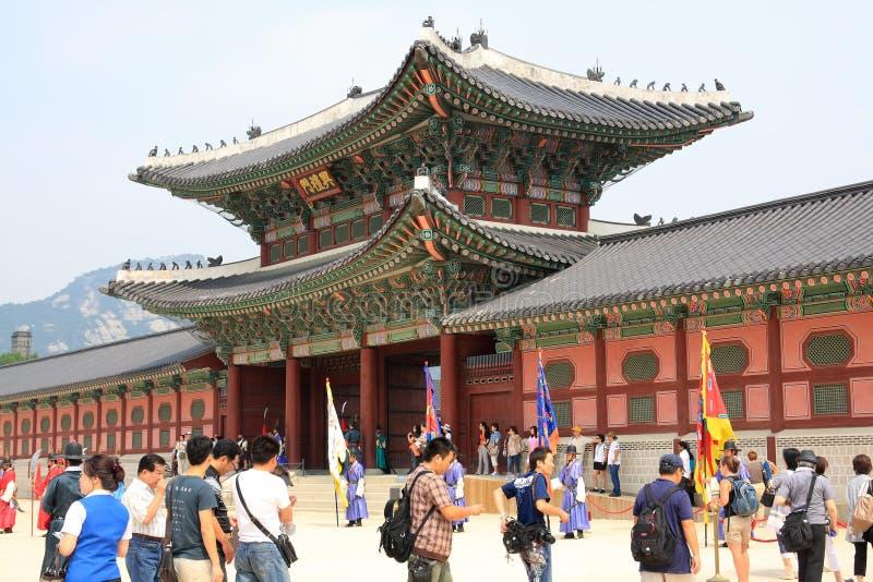 Vistiors que espera la ceremonia para cambiar a los guardias en el palacio de Gyeongbokgung imagen de archivo libre de regalías