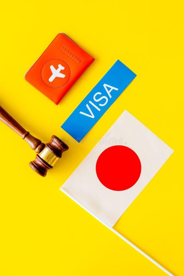 Visto ao conceito de Japão Visto do texto perto da tampa do passaporte e da bandeira japonesa, martelo na opinião superior do fun imagem de stock