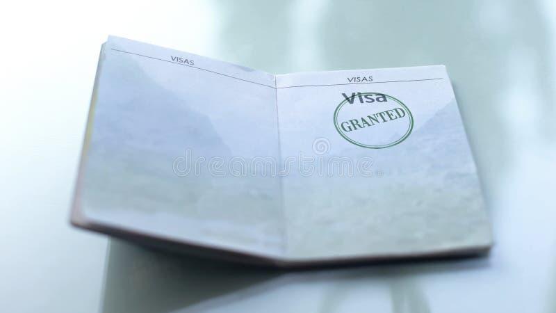 Visto concedido, selo carimbado no passaporte, escritório de alfândega, viajando no exterior imagem de stock royalty free