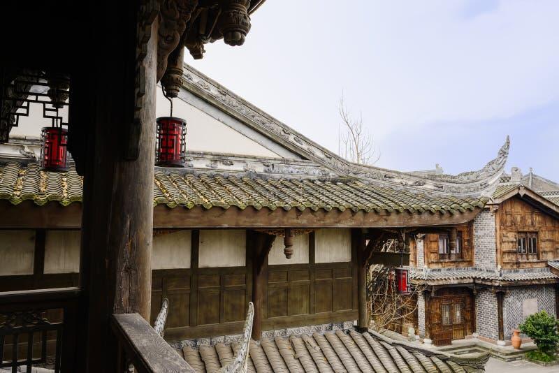 Visto da torre de madeira envelhecida, construções tradicionais chinesas nos clo imagem de stock