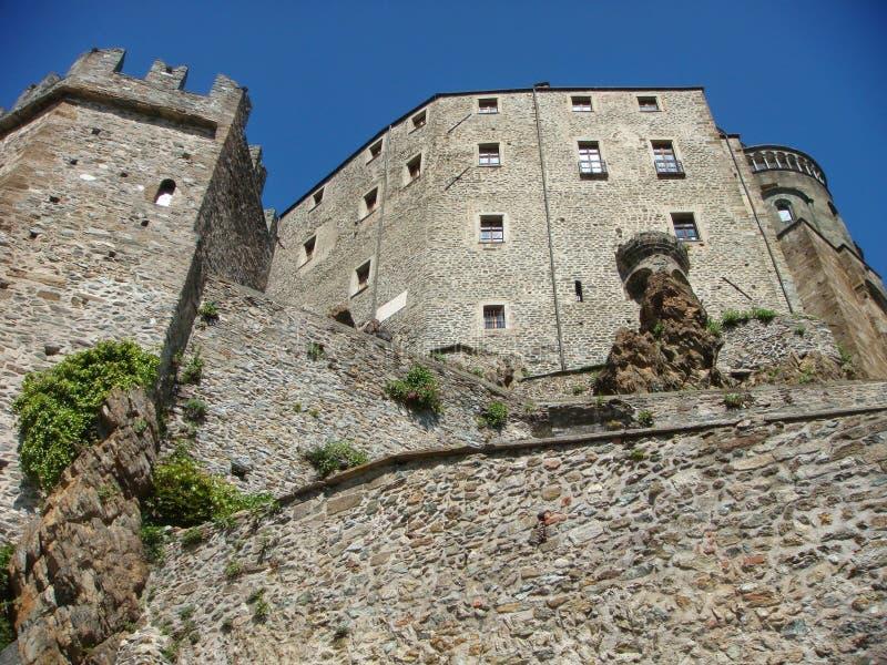 Visto dalla parte inferiore dell'abbazia imponente di St Michael in Val di Souza in Italia immagine stock libera da diritti